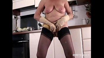 Mizuno vintage gloves - Troia in autoreggenti si masturba con il mestolo e una banana