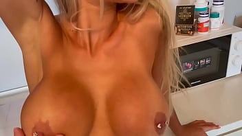 HOUSEWIFE FUCKED DIRECTLY IN THE KITCHEN