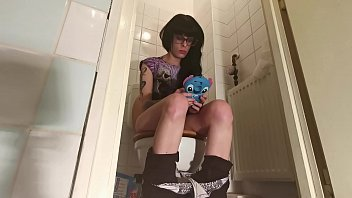 Teen girl Pissing & shitting while playing on her telephone pt1 HD