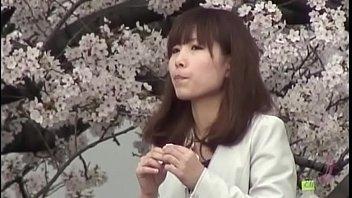 #盗撮動画#一年中咲きっぱなし!花よりパンツなお花見ギャルたちの満開パンチラw