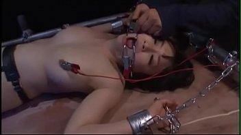 【電流拷問】美人スパイがとっ捕まって裸で磔拘束身動き抵抗できない肉体に強烈電流流され悶絶絶叫!