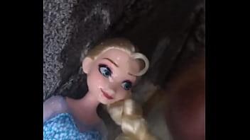 คลิป18+ ตาแก่เวียดนามสุดวิตถาร ยืนชักว่าวใส่ตุ๊กตาเจ้าหญิงเอลซ่า SEX DOLL รุ่นนี้รูหีเหมือนจริงมาก ถึงว่าตาแก่ไม่กล้าเย็ดเลยยืนชักควยปล่อยน้ำอสุจิใส่หน้าตุ๊กตา