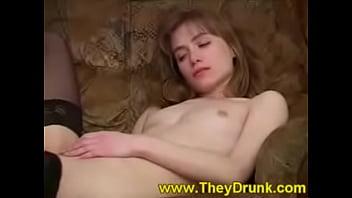 Пьяная малолетка играет во взрослые игры