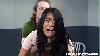 Undocumented latina drilled by border officer 10分钟