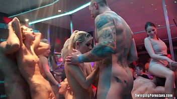 Beautiful cheating amateur whore Elis gets barebacked in a club in DSO Bridal Fuck Wars 21分钟