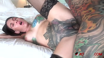 Inked babe Marie Bossette lets Sascha creampie her 10分钟
