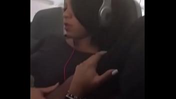 Batendo escondido no avião