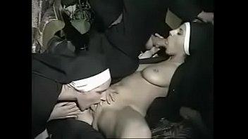 El sacerdote follandose a dos bellas monjas