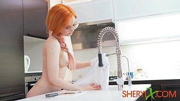 Sheryl X Redhead ragazza mangia sessualmente anguria e gioca con un giocattolo