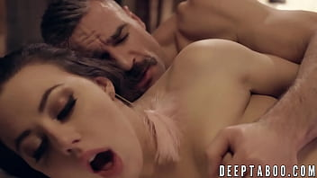 Taboo sex between stepdad and his stepdaughter in their bed 6分钟