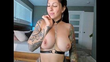 Chica sexy se desnuda en camara