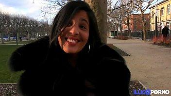 Sarah, beurette à gros nichons, fait sa première scène porno avec Tony Carrera [Full Video]