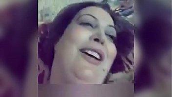 بنت حلوة قمر تغري حبيبها على السرير وينيكها في كسها