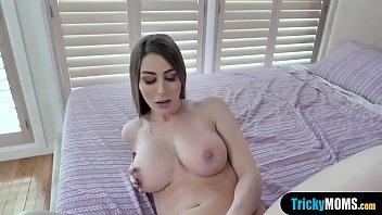 إنها تريد أن تلعب مع ثدييها جميلة