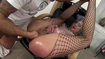 那个摩洛伊斯兰解放阵线的妓女让她的阴户剃光,并被理发师在屁股和喉咙里操 51分钟