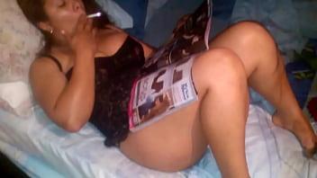 mi esposa leyendo y fumando