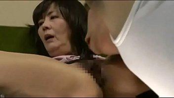 息子がお母さんのオナニーを目撃!セックスレスを不憫に思ってSEXしてあげる