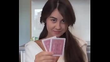 Juego de cartas que termina mal para la hotwife