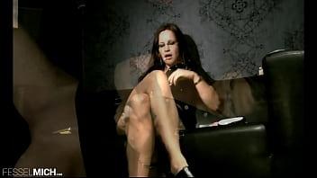 Rollenspiel sexy Polizisin geht einkaufen und besorgt sich einen schönen Dildo, den so sogleich auch vorführt zeigt und präsentiert, denn sie liebt diese geilen Gefühle in ihrer nassen willenlosen Fotze mit geilen Pussy Nahaufnahmen un