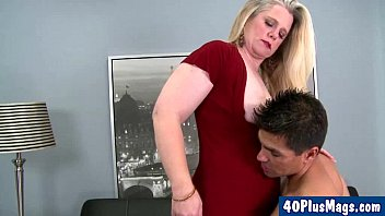 chubby blonde divorcee and her hunk 5分钟