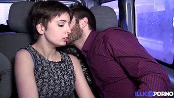 Alice, jeune coquine baisée par deux mecs dans une voiture 15分钟