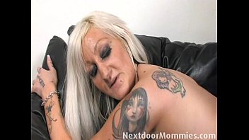 Tattooed MILF takes it in the ass 16分钟