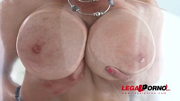 Busty babe Suzie Sun oiled up & assfucked by 3 studs SZ1379 Vorschaubild