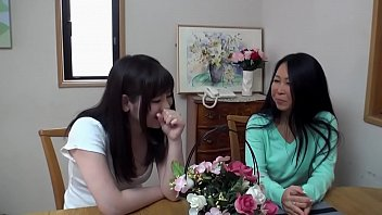 mujer pervertida se la chupa a japonesa adolescente trans thumbnail