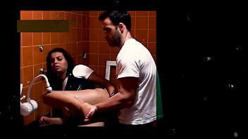 Tirando o Cabaço do Cuzinho no Banheiro do Trabalho!!!