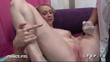 Sos piss Belle cougar appelle sos sodomie pour une bonne exploration rectale