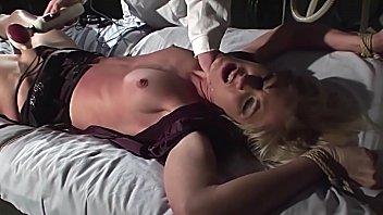 奴隶序列的变态疗法。 第1部分:超级辣妹Cindy White受到特别待遇时非常兴奋。