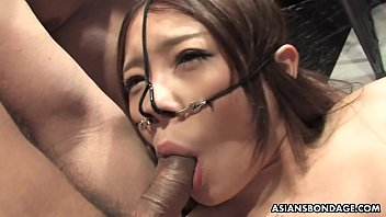 Slutty Asian babe fucked by the boys in a spitroast session 8分钟