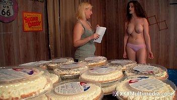 布西 · 特拉 · 米祖和菲菲 · 福克斯之间的 Wam 馅饼战斗
