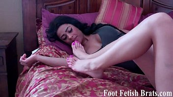 Foot sex game Lesbian bella wants some foot worship from simona