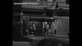 Mulher faz sexo oral no parceiro, em parada de ônibus na rua