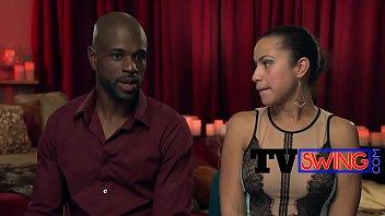 Black Swinger Kerl knallt Boners während des Interviews