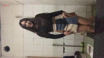 chơi bời trong nhà vệ sinh 2 - Xem full: buoito.vip