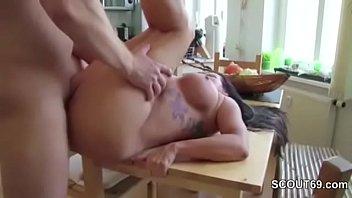 Stief-Sohn erwischt Mutter nackt und bekommt ersten Fick Vorschaubild