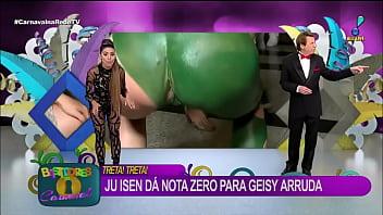 Cu verde Ju Isen mostra demais enquanto faz agachamento ao vivo na RedeTV