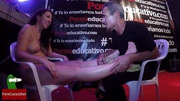 Masaje en los pies a Pamela Sanchez
