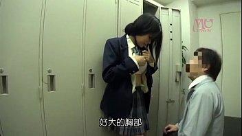 【女子高生/JK】お気に入りの巨乳女子校生をロッカー室に連れ込んでレイプするとんでもない教師