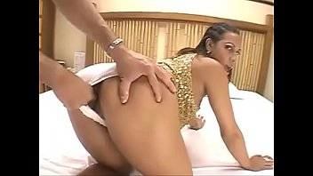 morena latina en shorts sexys
