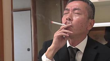 旦那が一服している短い時間で、義理の息子に毎日10発以上中出しされています…。 瀬戸奈々子