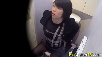 Rubbing asian babe pisses 10分钟