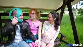 Elles sont lesbiennes mais aiment jouer avec une bite [Full Video].mp4