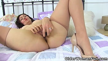 Well rounded milf Kitty Cream dildos her cunny