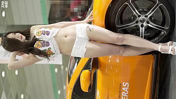 公众号【91报社】韩国车展气质白色短裤车模性感诱惑