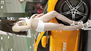 公众号【福利报社】韩国车展气质白色短裤车模性感诱惑