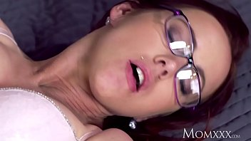 MOM Milf lust in glasses and stockings 13分钟