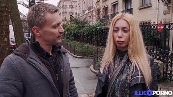 Marina, anglaise aux seins énormes, offre son cul à un petit français